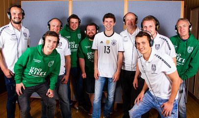 """+++ Verpassten dem WM-Song """"Schwarz, Rot, Gold"""" von Michi Glück eine grün-weiße Note: Die Jungs vom TSV +++"""