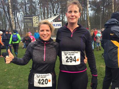 Anja Plasger und Nicole von Döllen liefen in Fahrenhorst dem Jahreswechsel entgegen.