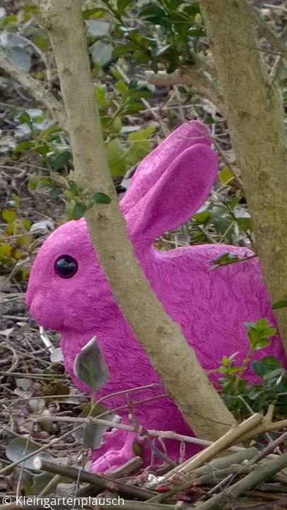 Naturgetreuer, allerdings pinkfarbener Hase aus Kunststoff