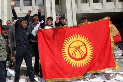 Kirgisische Flagge, nach der Revolte 2010 in die Höhe gehoben