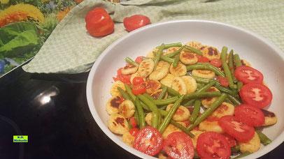 Rezeptvorschau auf ein Kochrezept aus Dinkel-Dreams 3 von K.D. Michaelis: selbstgemachte mediterrane Kartoffel-Gnocchi-Pfanne Italiano