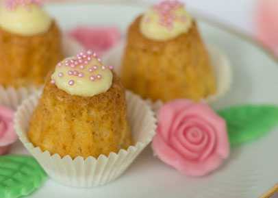 Mini-Gugelhupf mit rosa Zuckerperlen