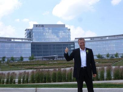Konrad Kraft vor dem Gebäude von EATON Corporation in Cleveland