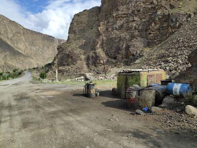 Tankstelle auf dem Pamir Highway an der Grenze Afghanistan Tadschikistan