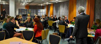 Seminarleiter Dr. Johann Sjuts gratuliert den Absolventinnen und Absolventen. Fotos: Reske