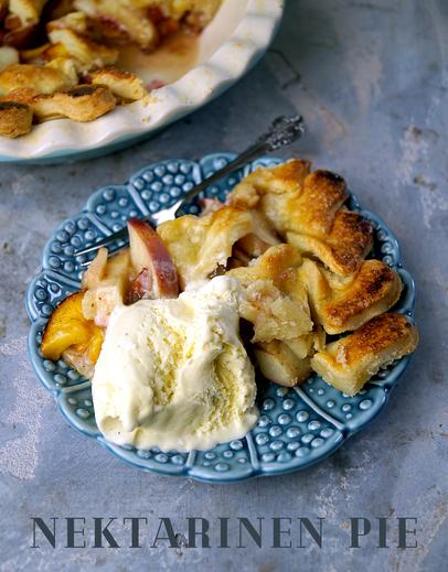 Knuspriger, lauwarmer Pie mit zuckrigen Nektarinen und dazu eine Kugel richtig gutes Eis