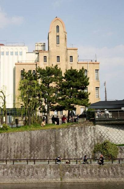 """Sur l'autre rive (côté station du métro) du pont Sanjō-Dōri, un immeuble """"ancien"""" (hôtel ?)"""