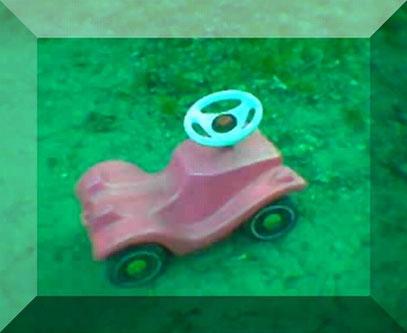 SPIELZEUGWAFFE (c) De Toys, 1.5.2005 (Hinterhof Oranienstraßenfest)