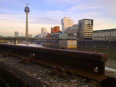 MEDIENSCHIENE (c) De Toys, 5.11.2011 @ Medienhafen (Alter Zollhof)