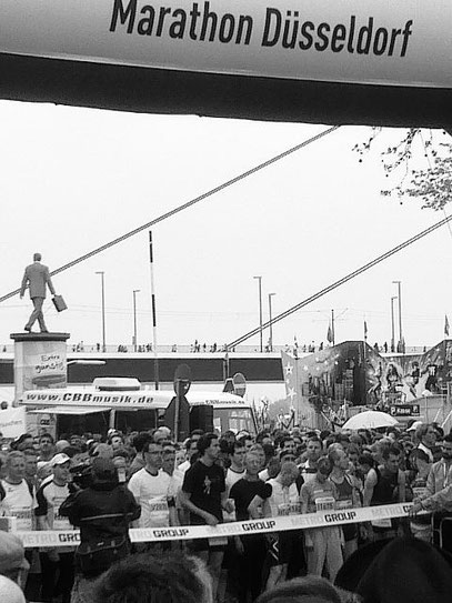 Litfaßsäule: MARATHON-MANN (c) De Toys, 29.4.2012 @ Joseph-Beuys-Ufer (Düsseldorf)