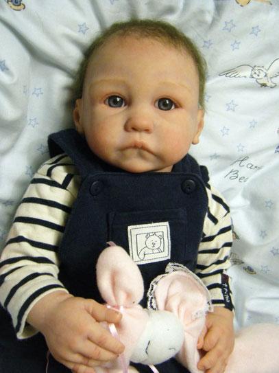 niño, pelo castaño oscuro ojos azules