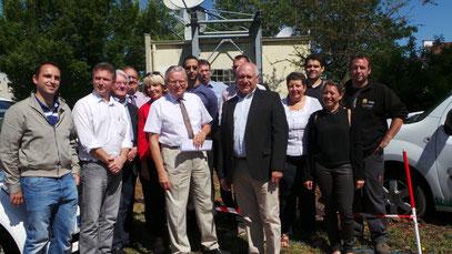 Les acteurs du lancement des travaux d'installation d'une borne de recharge pour véhicules électriques  : réunis autour de Mr Le Maire, Gilbert MENUT, J. JACQUENET, Président du SICECO, Mme et Mr GUICHARD, Agents RENAULT
