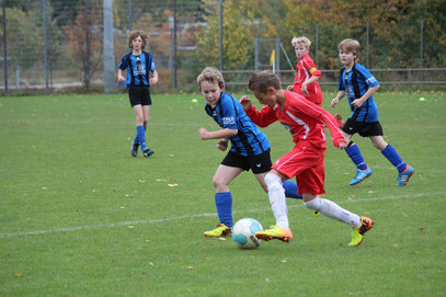 Tim Sonder (Mitte) im Zweikampf mit seinem Gegenspieler vom TSV Ratekau. Seine Mitspieler Joris Kleingarn (l.) und Dag-Einar Tiedemann beobachten das Duell. Am westring hatte die JSG mit 1:4 das Nachsehen. + Foto: privat