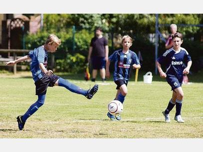 Leon Wandmacher trifft zum 2:0 gegen die SG Eutin/Malente II. Foto: Jutta Trost