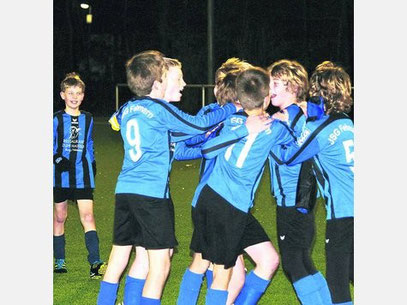 Die D II bejubelt den ersten Saisonsieg beim TSV Neustadt III. Moritz Markmann schoss den Siegtreffer zum 2:1.