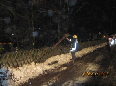 der Mast wurde durch ein Winterdienstfahrzeug umgerissen und lag auf der Fahrbahn,             Foto: FFW Vogelsgrün