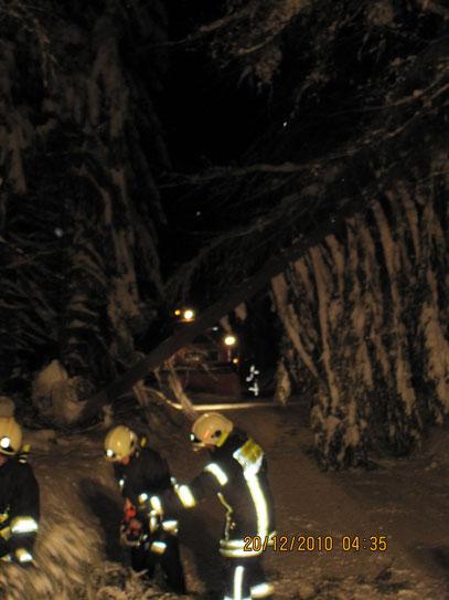 Schneebruch 20.12.10  04.32 Uhr, Winterdienst steckte fest ,                Foto: FFW Vogelsgrün