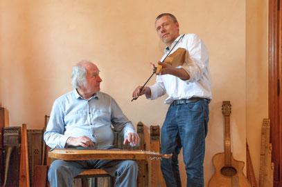 Thierry Legros jouant d'une vièle à archet de Louis Georgel musicien Wallonie