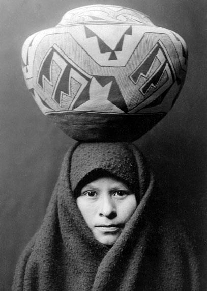Zuñi-Mädchen mit Tonkrug um 1903