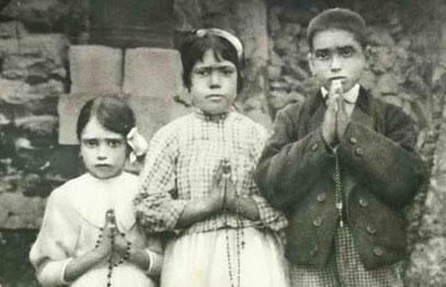Die Kinder Jucinta, Lucia und Francisco, die Zeugen der Marienerscheinungen im Jahre 1917.