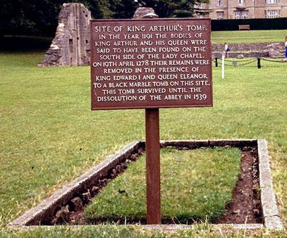 Gedenktafel an der Stelle, wo das vermeintliche Grab von König Artus und seiner Frau Guinevere in Glastonbury Abbey gelegen haben soll