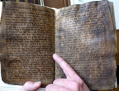Die über tausend Jahre alte Völuspá beschreibt einen Weltuntergang, in dem alte Götter abtreten und ein neuer Gott auf den Plan tritt.