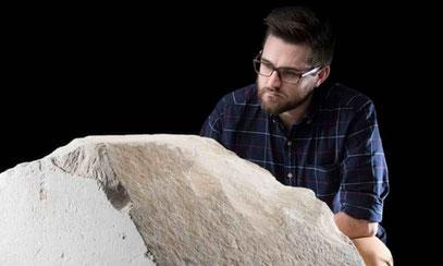 Dr. Daniel Potter vom National Museum of Scotland mit dem seltenen Verkleidungsstein aus der Großen Pyramide von Gizeh.
