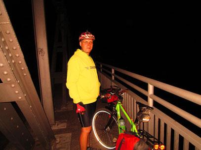 Weser Brücke um 2 Uhr - der Helm sitzt.