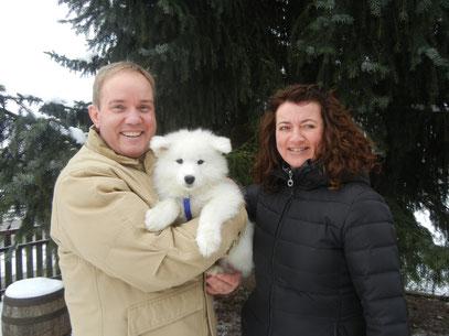 Ahanu (Rüde weiß) zieht nach Österreich zu Familie Wett. Zuhause wartet noch der 10 Jährige Tim auf den kleinen Mann.