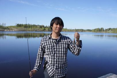たとえ釣れし魚、疑似餌の長さに等しき雑魚とても 涼しげな面持ちにてほほえむべし。