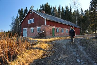 村のランドマーク。お借りすることになった赤い家をのぞきにいく。