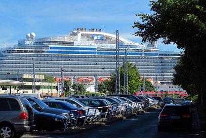 Blick auf die ROYAL PRINCESS im Hafen von Warnemünde