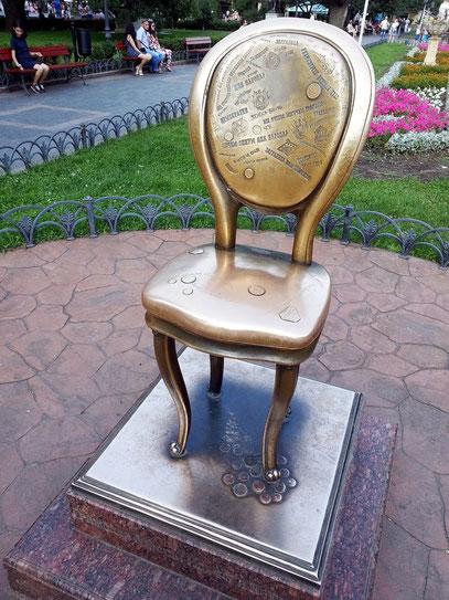 """Denkmal """"Der zwölfte Stuhl"""", gewidmet den sowjetischen Autoren des Romans """"Zwölf Stühle"""" Ilf und Petrow"""