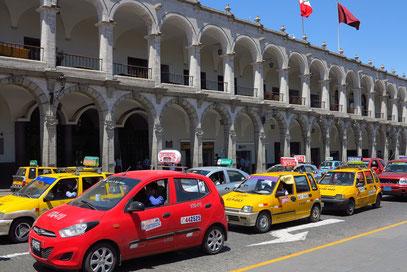 Arkaden an der Südseite der Plaza de Armas.