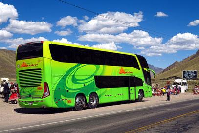 Unser Luxusbus während einer Pause am höchsten Pass