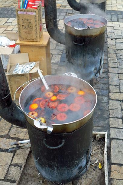 Heißer Punsch an kalten Tagen, über Kohlenfeuer zubereitet