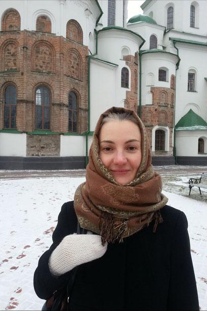 Olya vor der Sophienkathedrale