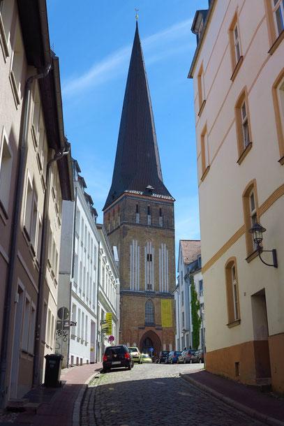 Petrikirche in der ötlichen Altstadt, Mitte 14. Jh., Turmhöhe 117 m