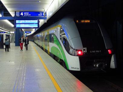 Triebwagenzug vom Zentralbahnhof Warschau zum Chopin-Airport