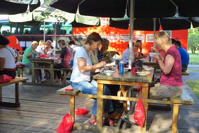 Ein eigener Essplatz für die Rotel-Gäste auf dem Campingplatz Riga