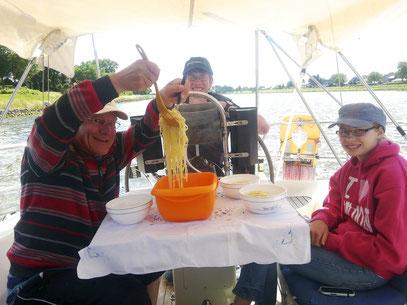 Mittagessen während der Fahrt: natürlich Spaghetti! (Foto: G. Ehrich)