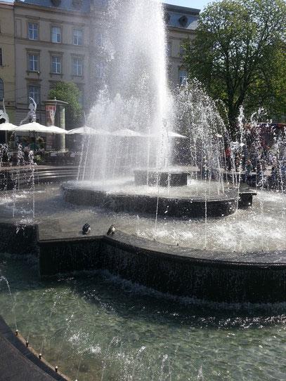 Brunnenanlage vor dem Opernhaus