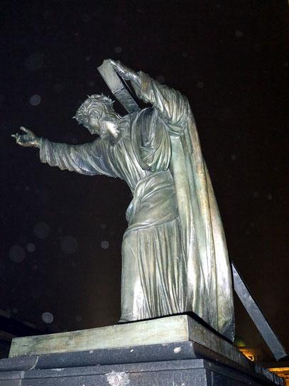 """Vor dem Haupteingang die berühmte Christusfigur mit der Inschrift """"Sursum Corda"""" (""""Empor die Herzen"""")"""