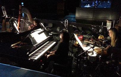 """Teil des Orchesters zu """"Powder Her Face"""": Harfe, Klavier, Schlagzeug"""