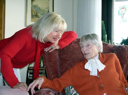 Almut mit ihrer Mutter Charlotte (93) am 12.10.2004