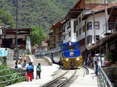 Aguas Calientes liegt etwa 1,5 Kilometer von Machu Picchu entfernt und ist Ausgangspunkt für die Besichtigung dieses Unesco-Weltkulturerbes.