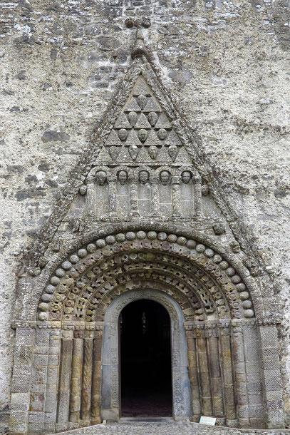 Das berühmte Portal von Clonfert, Höhepunkt der Romanik