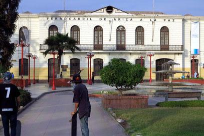 Arica, Bahnhofsgebäude der Eisenbahnverbindung Arica - La Paz (eröffnet 1913, Länge: 440 km, Anstieg bis 4 265 m, 7 Tunnel). 2013 wurde die Strecke wiedereröffnet.