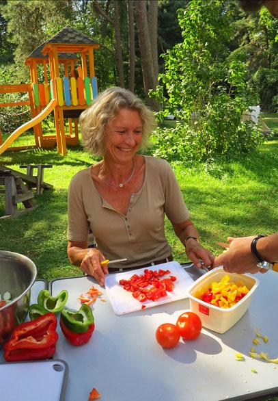 ... die Frauen sind für das Gemüseschneiden zuständig.