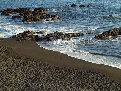 Am schwarzen Sandstrand von Los Cancajos